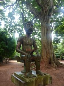 Une des statues de la forêt sacrée
