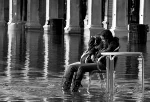 adolescentes dans une acque alte à Venise