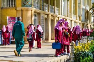 Écolières portant le voile lors d'une sortie scolaire dans les jardins de Shiraz