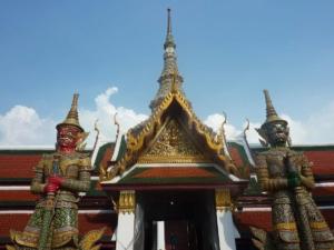 gardiens démoniaques à l'entrée du temple Wat Phra kaeo