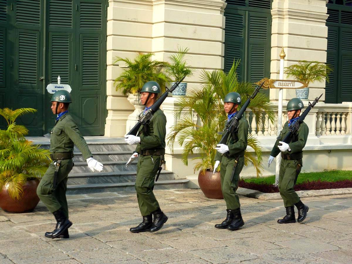 gardes sur le complexe du palais royal à Bangkok