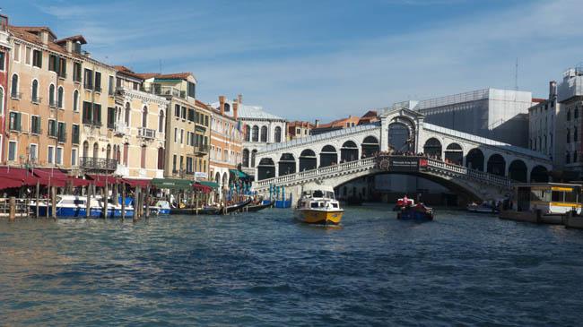 Vue sur le canal et le pont du rialto à venise