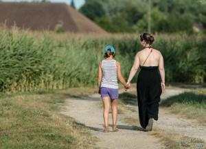 Une femme et une fille marchent