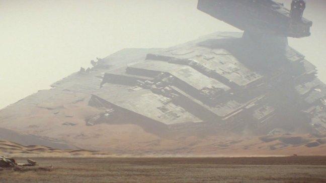 Star Destroyer écrasé dans le désert.